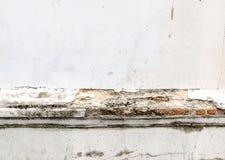 Oud doorstaan bakstenen muurfragment, textuurachtergrond Royalty-vrije Stock Afbeeldingen