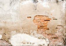 Oud doorstaan bakstenen muurfragment, textuurachtergrond Royalty-vrije Stock Afbeelding
