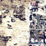 Oud Doorstaan Houten Aanplakbord met Gescheurde Affiches stock afbeelding