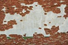 Oud doorstaan pleister op de Bakstenen muur Stock Fotografie