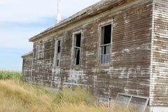 Oud doorstaan schoolgebouw zijaanzicht Royalty-vrije Stock Foto's