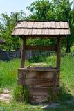 Oud dorp goed met een houten dak stock foto's