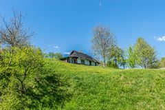 Oud dorpshuis op een heuvel royalty-vrije stock foto