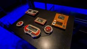 Oud draagbaar Nintendo-spelhorloge Mario Bros, Ezel Kong, Octopus in Istanboel, Turkije, in Digitale Revolutietentoonstelling royalty-vrije stock fotografie