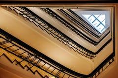 Oud driehoekig spiraalvormig trapgeval van onderaan Stock Afbeeldingen