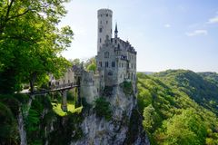 Oud Duits kasteel bovenop berg stock fotografie