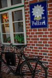 Oud Duits Politiebureau met fiets royalty-vrije stock fotografie