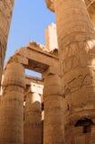 Oud Egypte De kolommen zijn verfraaid met gesneden hiërogliefen De Tempel van Karnak Stock Foto's