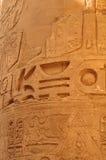 Oud Egypte De kolommen zijn verfraaid met gesneden hiërogliefen De Tempel van Karnak Stock Fotografie