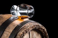 Oud eiken vat en een glas cognac stock foto's