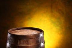 Oud eiken vat op een houten lijst Achter vage donkere achtergrond royalty-vrije stock foto