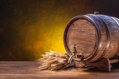 Oud eiken vat op een houten lijst Achter vage donkere achtergrond royalty-vrije stock afbeeldingen