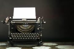 Oud en Dusty Typewriter op zwarte achtergrond Royalty-vrije Stock Afbeeldingen