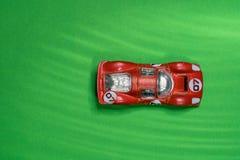 Oud en gekrast, rood, het rennen, dinky auto stock foto