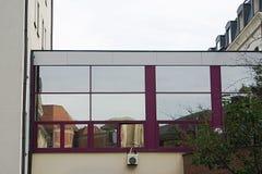 Oud en Modern Bezinningen van eeuwenoude gebouwen en fietsen in de vensters van een modern gebouw Royalty-vrije Stock Foto's