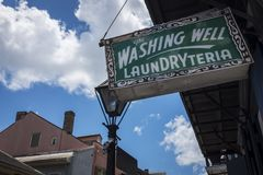 Oud en roestig aanplakbord voor een wasserijopslag in het Franse Kwart in New Orleans, Louisiane Royalty-vrije Stock Afbeeldingen