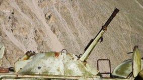 Oud en roestig metaalvoorwerp stock footage