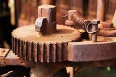 Oud en roestig pignontoestel van machine in fabriek Stock Foto's