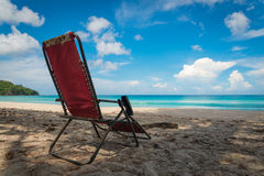 Oud en Rusty Beach Chair op Strand in Sunny Day Stock Fotografie