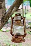 Oud en Rusty Vintage Kerosene Lantern in de Openluchttuin stock foto's