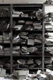 Oud en stoffig archief van documenten in vergeten plaats stock fotografie