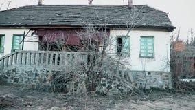 Oud en verlaten plattelandshuisje in de berg stock video