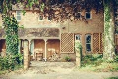 Oud Engels huis met het houten effect van het logboekenvignet Stock Afbeeldingen