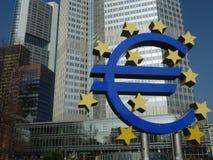 Oud Europese Centrale Bank Euro Teken in Frankfurt stock foto's
