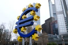 Oud Europese Centrale Bank Euro Teken in Frankfurt stock fotografie
