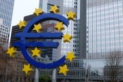 Oud Europese Centrale Bank Euro Teken in Frankfurt royalty-vrije stock afbeeldingen