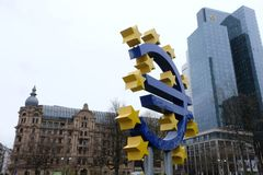 Oud Europese Centrale Bank Euro Teken in Frankfurt royalty-vrije stock foto's