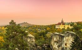 Oud fantasiekasteel en middeleeuws kasteellandschap Royalty-vrije Stock Foto's