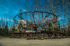 Oud ferriswiel in de spookstad van Pripyat Gevolgen van het ongeval bij de Chernobil-kernenergieinstallatie royalty-vrije stock afbeeldingen