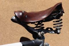 Oud fietszadel Royalty-vrije Stock Afbeeldingen