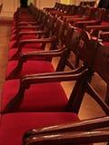 Oud Filmtheater Leeg met rode houten stoelen Royalty-vrije Stock Foto