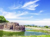 Oud Fort in de heldere hemel Stock Fotografie