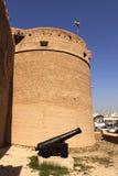 Oud fort en een antiek kanon buiten het museum van Doubai Stock Fotografie