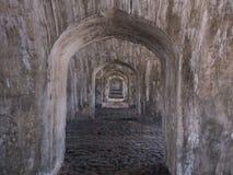 Oud fort met zout in het dak stock afbeelding