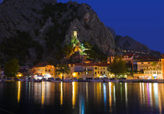 Oud fort in Omis, Kroatië bij nacht Royalty-vrije Stock Fotografie
