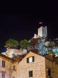 Oud fort in Omis, Kroatië bij nacht Stock Afbeelding