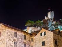 Oud fort in Omis, Kroatië bij nacht royalty-vrije stock foto's