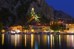 Oud fort in Omis, Kroatië bij nacht royalty-vrije stock foto