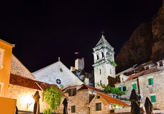 Oud fort in Omis, Kroatië bij nacht stock foto's