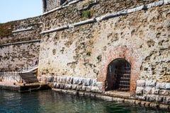 Oud fort op de overzeese kust Venster met staven stock afbeelding