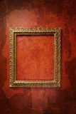Oud frame op de rode muur Stock Fotografie