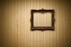 Oud frame op retro muur Royalty-vrije Stock Foto's
