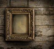 Oud frame tegen een geschilderde muur Royalty-vrije Stock Foto's