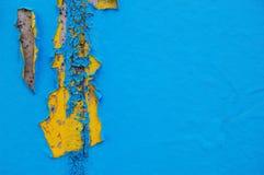 Oud gebarsten verfpatroon op concrete achtergrond De verf van de schil Stock Afbeeldingen