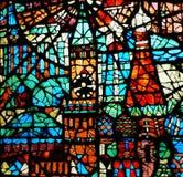 Oud gebrandschilderd glas in het gebouw stock afbeeldingen