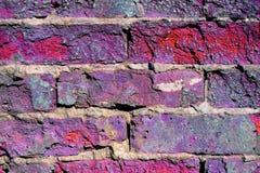 Oud gebroken bakstenen muurclose-up, gestemd beeld in purple stock afbeeldingen